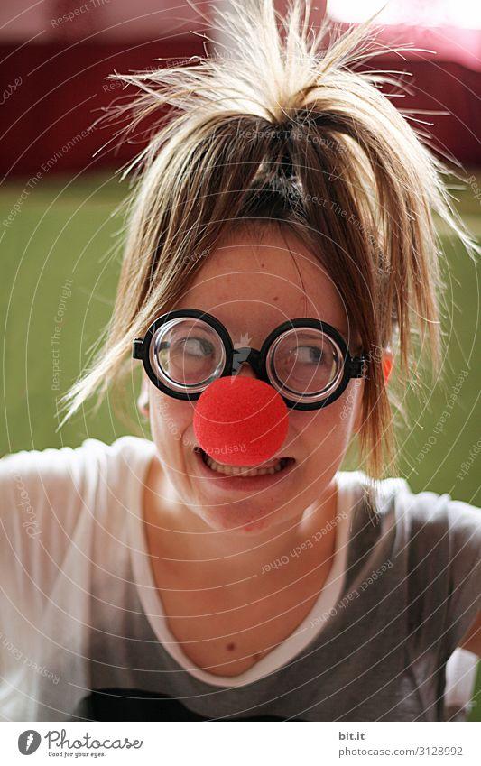 Mädchen mit Hornbrille und roter Clownnase Spielen Kinderspiel Party Feste & Feiern Karneval Geburtstag Mensch feminin Junge Frau Jugendliche Kindheit Maske