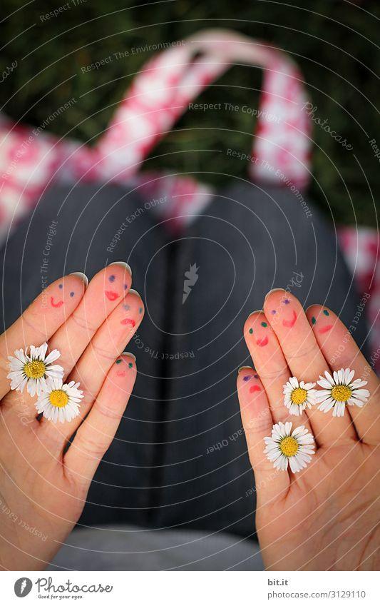 Bemalte Hände mit Gänseblümchen und Gesicht. Freizeit & Hobby Spielen Handarbeit Ferien & Urlaub & Reisen Tourismus Sommerurlaub Feste & Feiern Valentinstag
