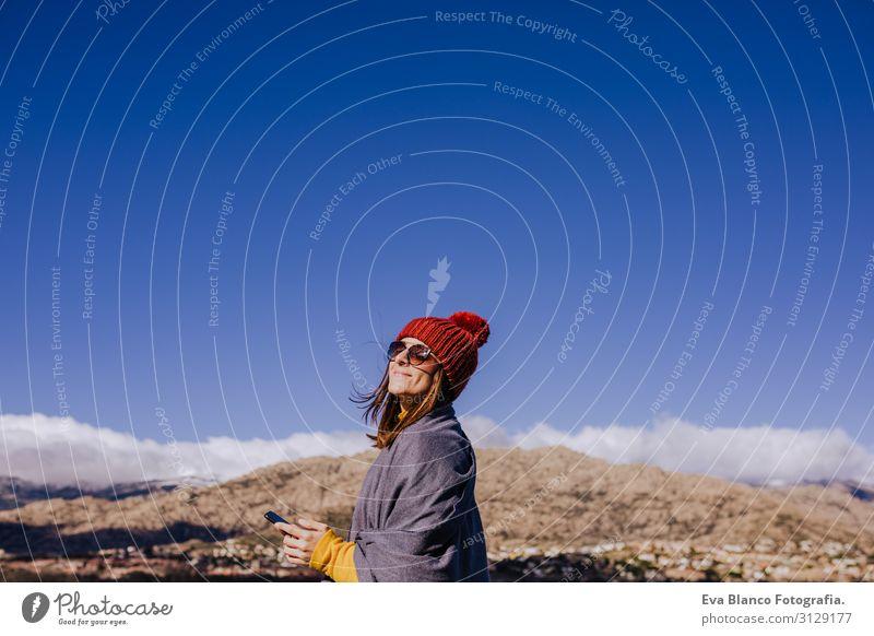 kaukasische Frau am Berg mit dem Handy.sonniger Tag Lifestyle Freude schön ruhig Freizeit & Hobby Ferien & Urlaub & Reisen Winter Berge u. Gebirge PDA