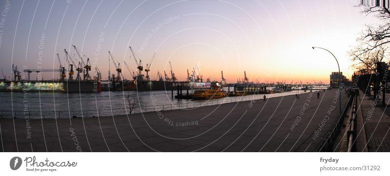 Hamburger Hafen I Wasser Fluss Deutschland Europa Wasserfahrzeug groß Sonnenuntergang Panorama (Bildformat) Farbfoto Außenaufnahme Menschenleer