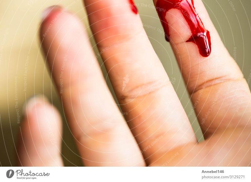 Fingerschnitt, Blutung verletzt mit Messer Körper Haut Gesundheitswesen Medikament Krankenhaus Mensch Frau Erwachsene Hand Tropfen rot weiß Schmerz Entsetzen