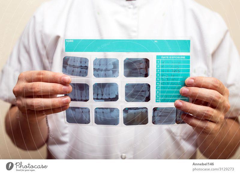 Bild des männlichen Arztes oder Zahnarztes mit Zahnröntgenbild Gesundheitswesen Behandlung Krankheit Medikament Prüfung & Examen Technik & Technologie Mensch