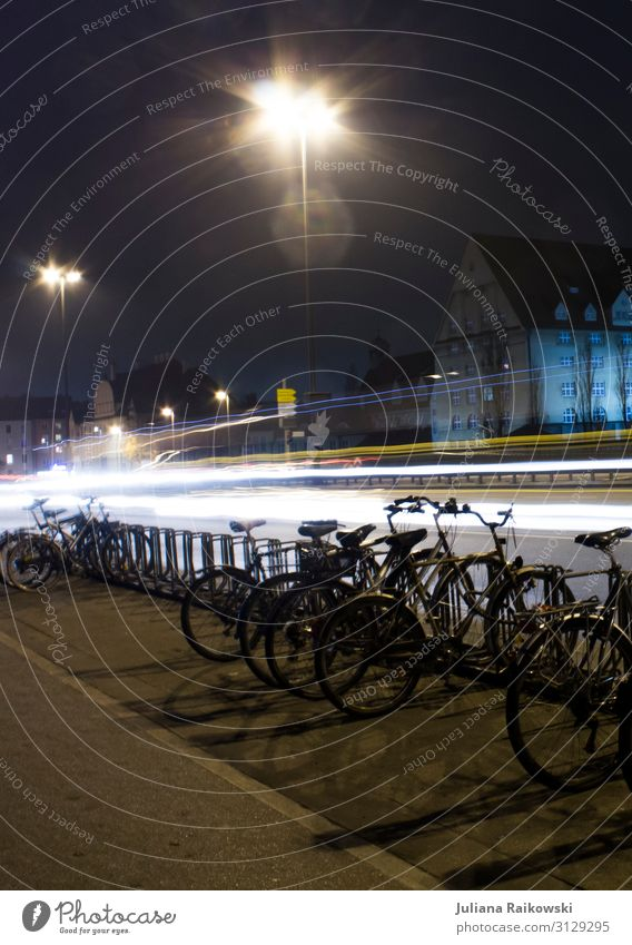 Spät München Deutschland Stadt Hauptstadt Stadtzentrum Verkehr Verkehrsmittel Verkehrswege Berufsverkehr Straßenverkehr Autofahren Straßenkreuzung Autobahn