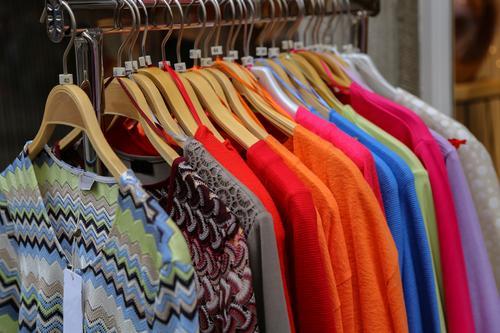 Kleidung zum Verkauf in einem Geschäft. Bekleidung Ladengeschäft Handel Boutique Mode Kleiderbügel hängen Einzelhandel verkaufen Stil Design Frau Kleiderschrank