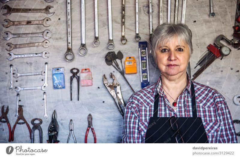Zimmermannsfrau in seiner Werkstatt Handwerk Business Mensch Frau Erwachsene alt authentisch Zimmerer reif Werkzeugtafel organisiert Hintergrund Schreinerei