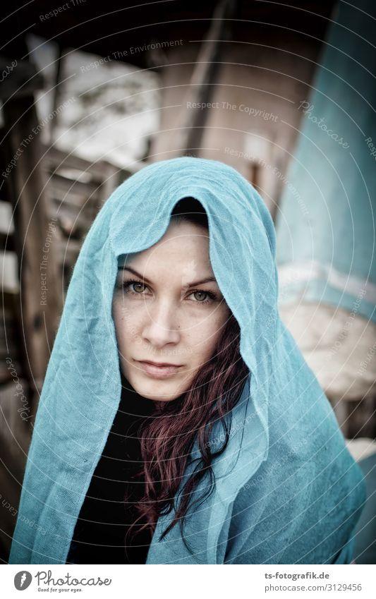 Feeling blue Mensch feminin Junge Frau Jugendliche Erwachsene 1 18-30 Jahre Kopftuch brünett rothaarig langhaarig Locken schön blau Glaube Traurigkeit Sorge