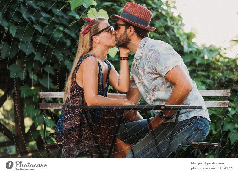 Ein verliebtes Paar, das sich auf der Terrasse küsst. Lifestyle Freude Flirten Valentinstag maskulin feminin Junge Frau Jugendliche Junger Mann Erwachsene