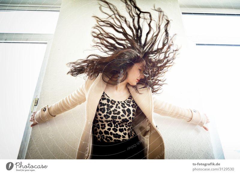12:08 Uhr, Wedding, Föhn kaputt Haare & Frisuren Mensch feminin 18-30 Jahre Jugendliche Erwachsene Mode Mantel Stoff brünett langhaarig Locken Bewegung Coolness