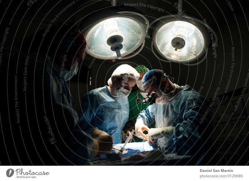 Medizinisches Team, das die chirurgische Operation durchführt Gesundheit Gesundheitswesen Behandlung Medikament Lampe Arbeit & Erwerbstätigkeit Arzt Krankenhaus