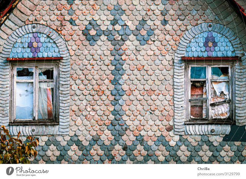 Glanz vergangener Tage Dorf Haus Ruine Gebäude Architektur Mauer Wand Fassade Fenster Fassadenverkleidung Holz Kreuz Häusliches Leben alt gruselig historisch