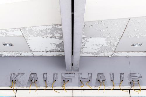 KAUFHAUS kaufen Arbeitsplatz Handel Unternehmen Arbeitslosigkeit Mauer Wand Fassade Kaufhaus Schriftzeichen alt kaputt grau weiß Zukunftsangst Verfall Insolvenz