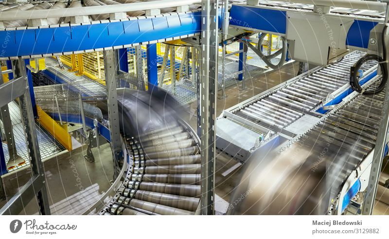 Transportlinie Förderrolle mit in Bewegung befindlichen Behältern. Fabrik Industrie Güterverkehr & Logistik Dienstleistungsgewerbe Business