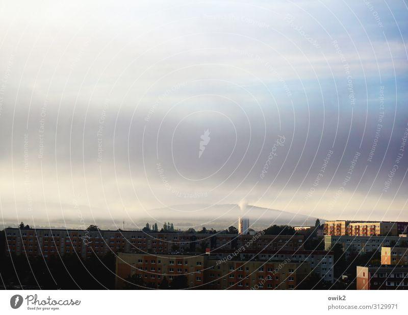 Vernebelungstaktik Umwelt Luft Himmel Wolken Horizont Herbst Nebel Baum Hügel Bergkette Oberlausitzer Bergland Bautzen Deutschland Lausitz Kleinstadt Stadtrand
