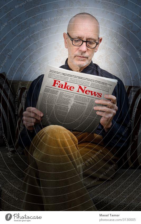 Mann liest gefälschte Nachrichten auf einer Tageszeitung. lesen Sofa Erwachsene Medien Zeitung Zeitschrift Hemd Krawatte Papier Beratung Broadsheet