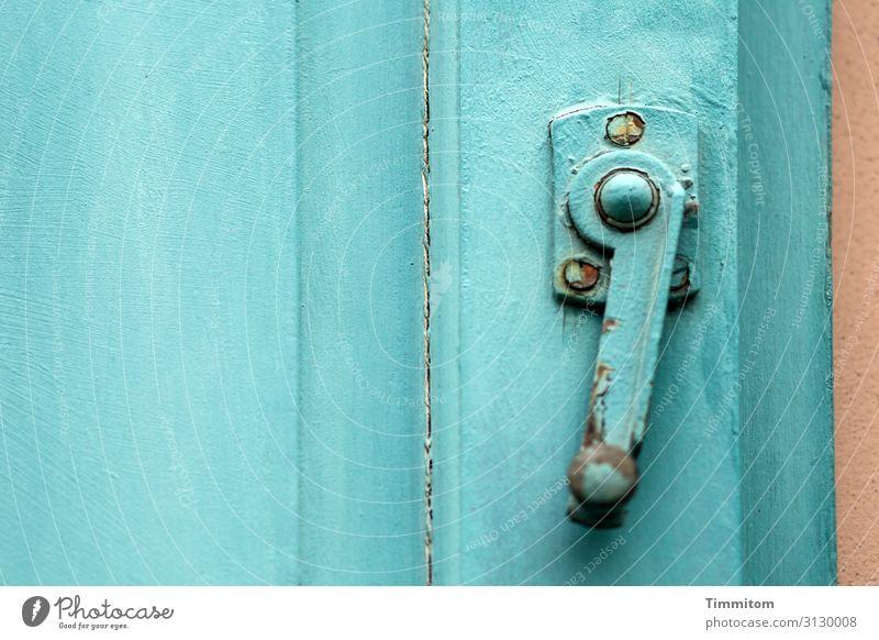 Bamberger Riegel Altstadt Haus Fenster Tür Beschläge Holz Metall alt ästhetisch braun türkis Abnutzung Absicherung Farbfoto Außenaufnahme Menschenleer Tag