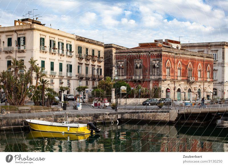 Postcard from Syracuse Wasserfahrzeug Bootsfahrt Städtereise Syrakus Ortygia Italien Sizilien Europa Hafenstadt Altstadt Gebäude Palazzo Fassade genießen Blick