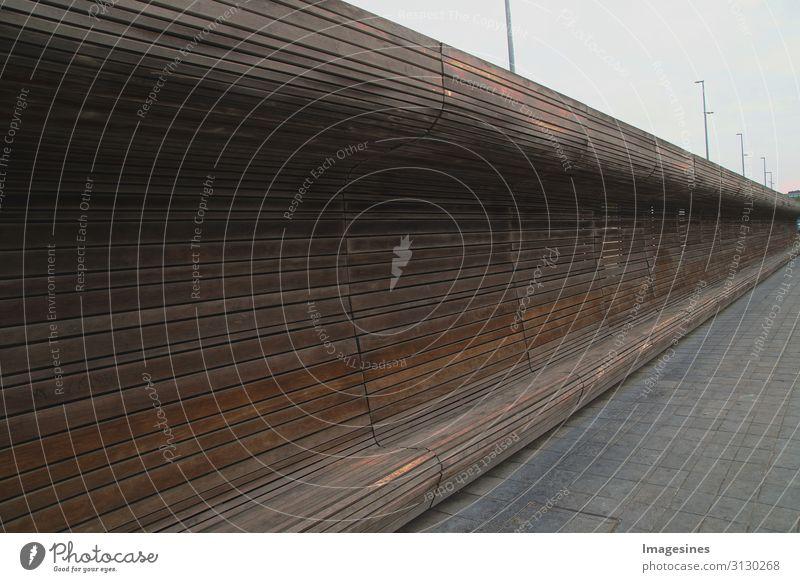 """Holzbank Architektur Bank modern braun Design Erholung Kunst ruhig """"lang geschwungen durchgehend Rückenlehne gebogen dunkelbraun"""