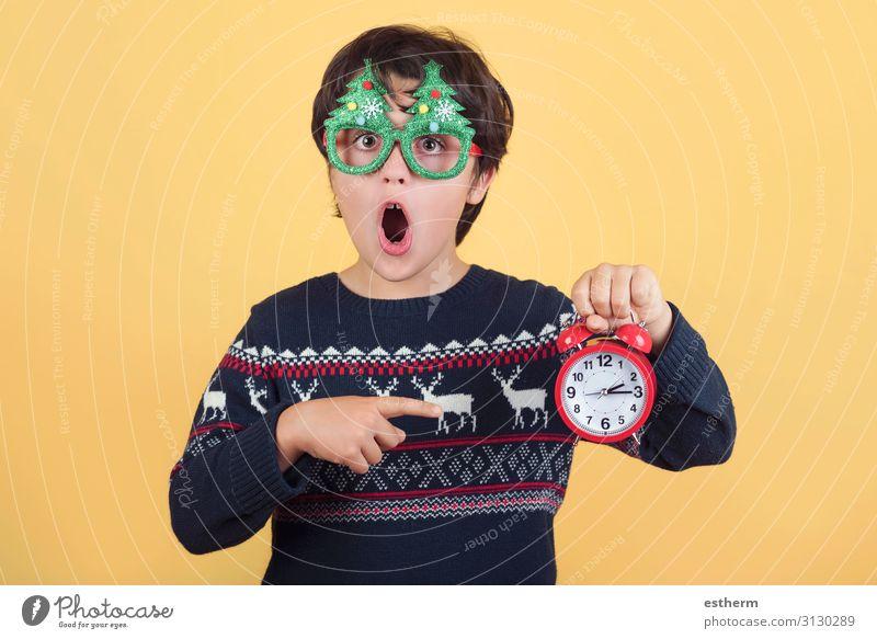 Überraschtes Kind mit Wecker Tragen einer lustigen Weihnachtsbrille Freude Winter Uhr Feste & Feiern Weihnachten & Advent Silvester u. Neujahr Mensch maskulin