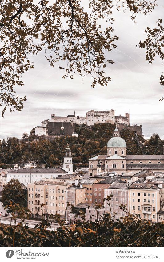 Salzburg im Herbst Landschaft Wolken schlechtes Wetter Stadt Stadtzentrum Altstadt Kirche Dom Burg oder Schloss Sehenswürdigkeit Wahrzeichen Idylle Tourismus