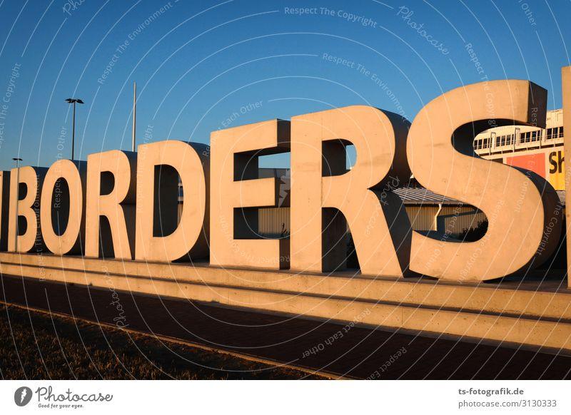 Offene Grenzen - Die Mauer ist leck! Architektur Wand Stein Zeichen Schriftzeichen Hinweisschild Warnschild bedrohlich gigantisch hoch blau braun orange