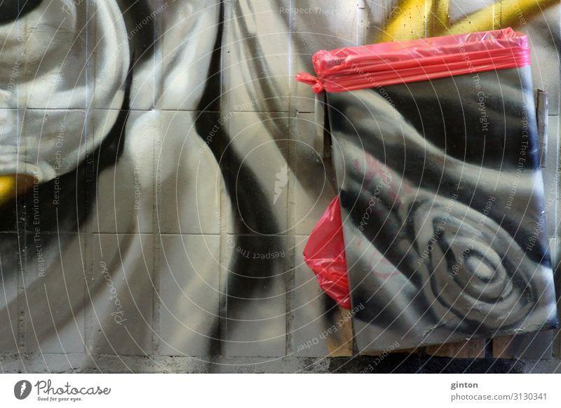 Schwarz weiß bemalter Abfallbehälter Architektur Kultur Jugendkultur Tunnel Backstein Zeichen Graffiti dunkel einfach verrückt rot schwarz Müll