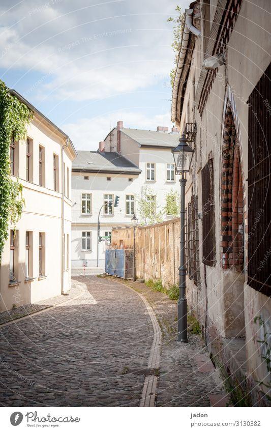 empty streets (5). Stil Tourismus Ausflug Schönes Wetter Stadt Altstadt Fußgängerzone Menschenleer Haus Bauwerk Gebäude Architektur Mauer Wand Fassade