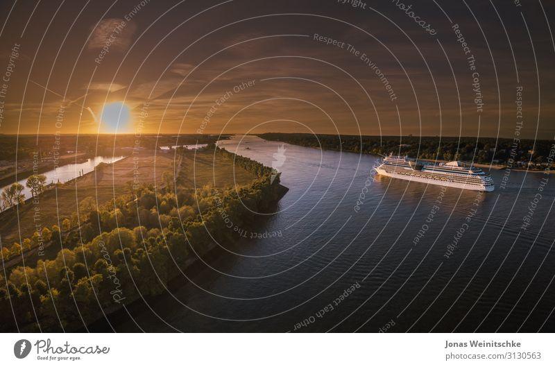 Kreuzfahrtschiff auf der Elbe in Fahrt bei Sonnenuntergang Lifestyle Reichtum Ferien & Urlaub & Reisen Sightseeing Sommer Meer Natur Landschaft Klima