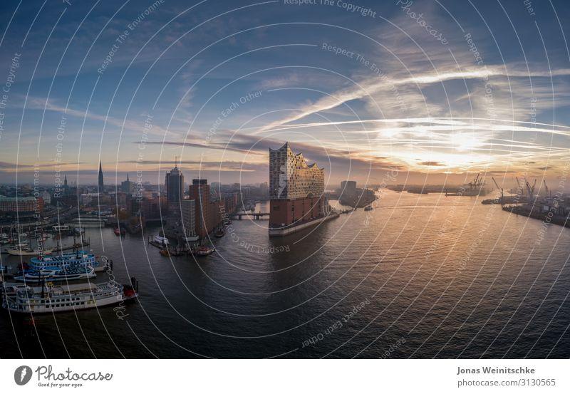 Elbphilharmonie mit Hafencity bei Sonnenaufgang Hafenstadt Bauwerk Architektur Sehenswürdigkeit Wahrzeichen Denkmal Schifffahrt Kreuzfahrt Passagierschiff