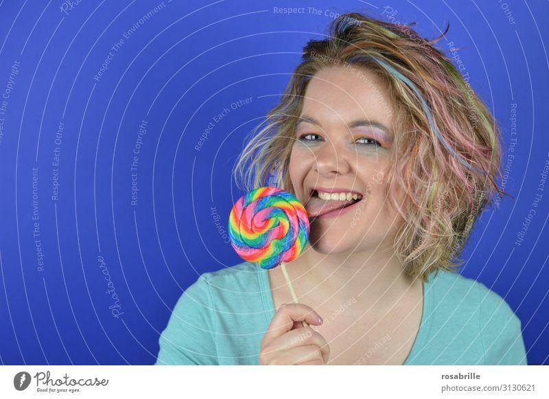 junge, blonde Frau mit bunten Strähnen im Haar beißt in einen riesigen Lutscher Süßwaren Freude Glück schön Haare & Frisuren Schminke Zufriedenheit Karneval