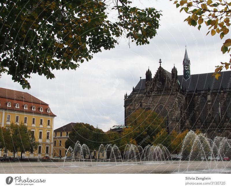 Domplatz Tourismus Ausflug Sightseeing Städtereise Architektur Wasser Wassertropfen Stadt Hauptstadt Stadtzentrum Kirche Platz Springbrunnen Sehenswürdigkeit