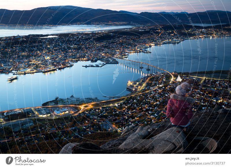 warten Mensch Ferien & Urlaub & Reisen Jugendliche Junge Frau blau Stadt Landschaft Einsamkeit Ferne Umwelt feminin Tourismus Ausflug Europa Insel Lebensfreude