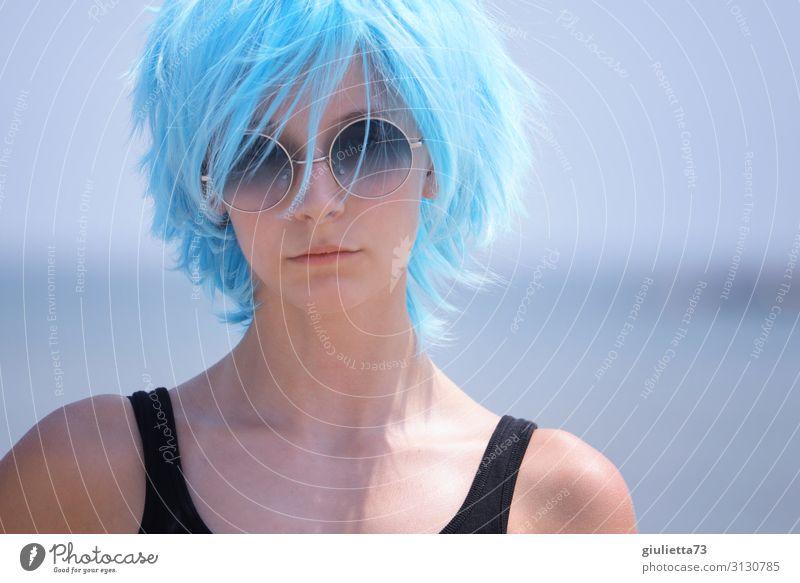 Hipster girl with blue hair and sunglass Junge Frau Jugendliche Leben 1 Mensch 13-18 Jahre Sommer Schönes Wetter Strand Haare & Frisuren kurzhaarig Perücke Punk