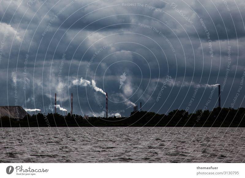Schornsteine Rauch Wolken und Meer Krankheit Allergie Arbeitsplatz Industrie Energiewirtschaft Kohlekraftwerk Energiekrise Umwelt Landschaft Himmel Horizont