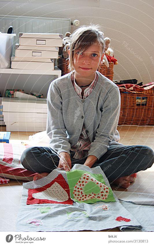Fingespitzengefühl l Handarbeiten Freizeit & Hobby Häusliches Leben Kindererziehung Bildung Schulkind Handwerk Mensch feminin Mädchen Kindheit Jugendliche Herz