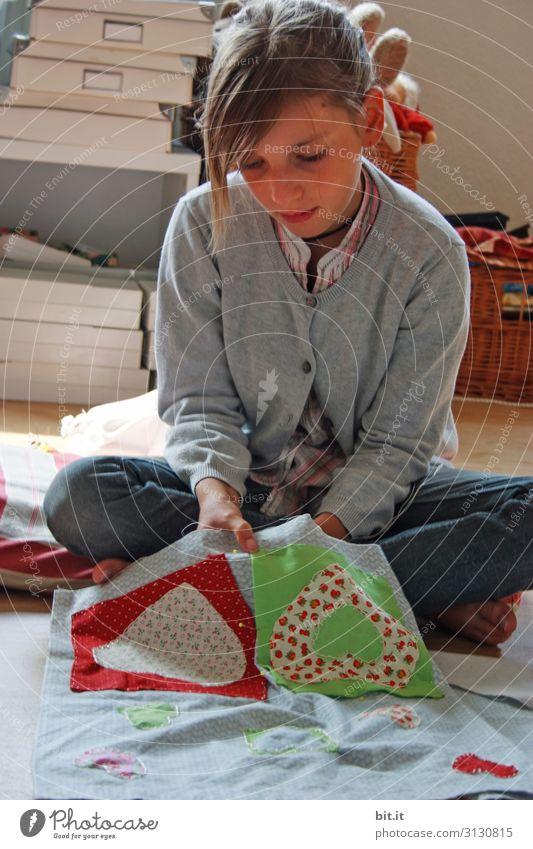 Fingerspitzengefühl l Handarbeiten Mensch feminin Mädchen Kindheit Jugendliche hocken sitzen Patchwork Nähen Sticken lernen Blick nach unten zuhause