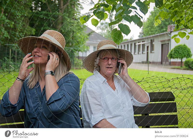 Wo bist du? Handy Telekommunikation Mensch feminin Frau Erwachsene Geschwister Schwester Freundschaft Zusammensein Kommunizieren Außenaufnahme Porträt