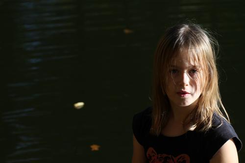 Der Dunkelheit entwichen. Mensch feminin Kind Mädchen Kindheit Gefühle Stimmung dunkel High Key