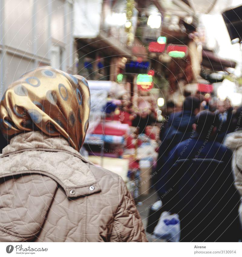 Shopping Mensch Erwachsene Kopf Rücken 1 Menschengruppe Istanbul Fußgänger Straße Fußgängerzone Durchgang Basar Jacke Mantel Kopftuch kaufen dunkel Stadt blau
