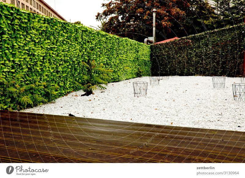 VIP-Lounge Berlin Schöneberg Stadt Stadtleben Häusliches Leben Wohngebiet Restaurant Kneipe Biergarten freilaufend Außenaufnahme Kieselsteine Hof Terrasse Hecke