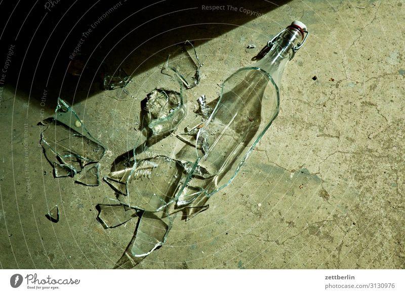 Kaputte Flasche gebrochen Bruch Bruchlandung fallen Sturz Glück Keller Schaden Scherbe Glasscherbe Schwerkraft Versicherung Zerstörung Verschluss bügelverschluß