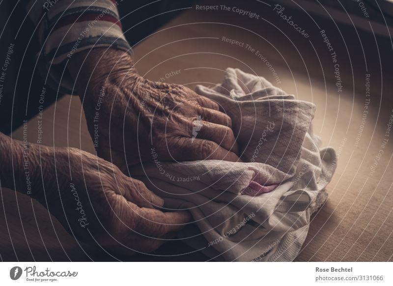 Fingerspitzengefühl - Wäschehände Mensch alt Hand ruhig Senior feminin braun Häusliches Leben 60 und älter berühren Geborgenheit sortieren Selbstständigkeit