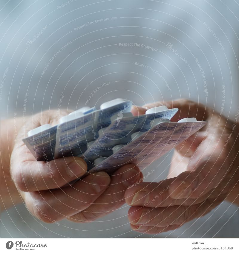 hände mit tabletten - sterbehilfe Tablette Medikament Hand Fürsorge Krankenpflege Krankenschwester Hilfsbereitschaft Krankheit Gesundheitswesen Seniorenpflege