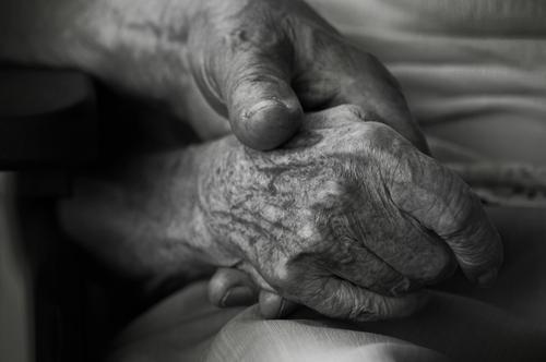 zusammengehörigkeit Frau Mann alt Hand Religion & Glaube Senior 60 und älter Finger Vergänglichkeit Hoffnung Weiblicher Senior Männlicher Senior Zusammenhalt