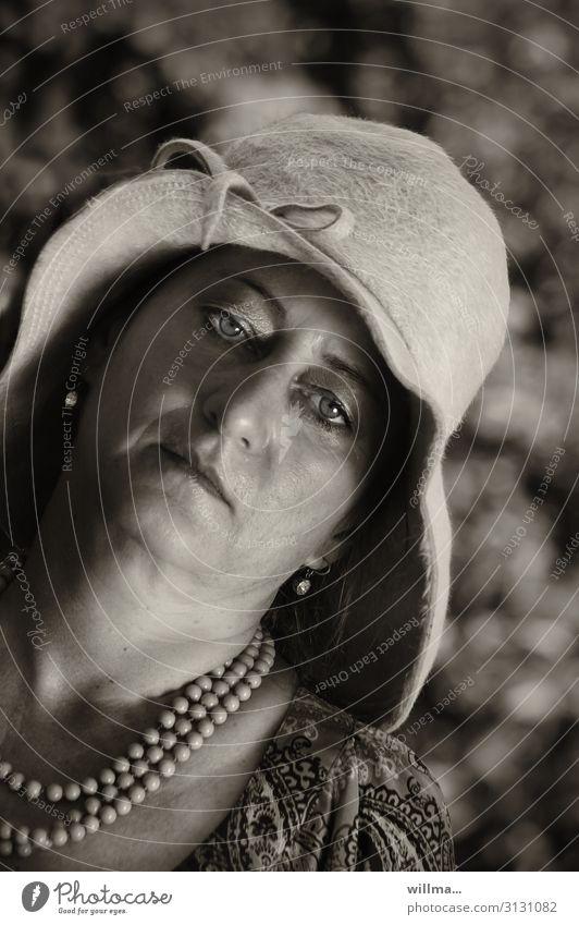 Langeweile unterm Damenhut Frau Hut Halskette Ohrringe Madame ernst elegant überdrüssig Blick in die Kamera Sepia Perlenkette Kette Erwachsene gelangweilt
