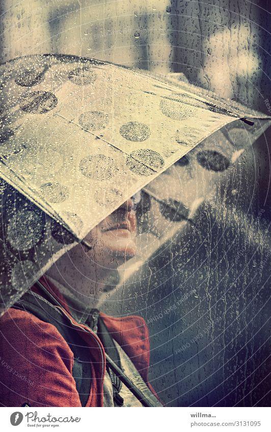 frau im regen mit regenschirm Regen Regenwasser Schirm Regenschirm Mensch Frau nass schlechtes Wetter trist Wassertropfen Gedeckte Farben