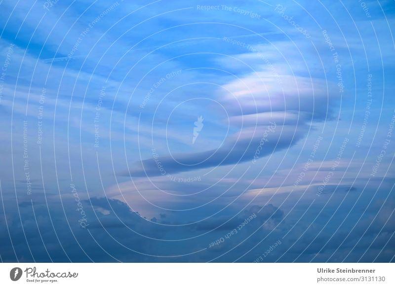 Wolkenwirbel am blauen Himmel Wirbel Luftströmung Tornado Wolkenbild Windhose durcheinandergewirbelt Wirbelwind Wolkenformation luftig stürmisch Luftmassen