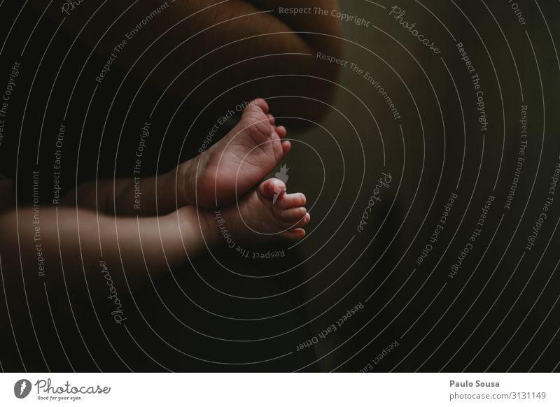 Neugeborene Füße isoliert Lifestyle Mensch Kind Baby Fuß 1 0-12 Monate berühren Liebe träumen Umarmen Zusammensein natürlich niedlich positiv ruhig