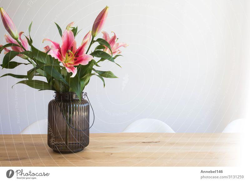 rosa Lilienblüten in einer Vase auf einem Holztisch elegant Design schön Sommer Wohnung Garten Dekoration & Verzierung Tisch Natur Pflanze Blume Blatt Blüte