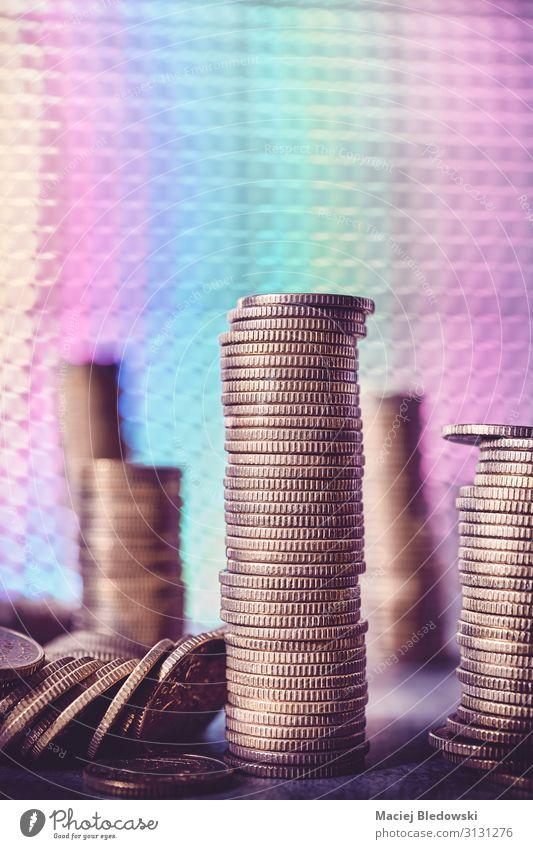 Stapel von goldenen Münzen auf einem Hintergrund im Disco-Stil. Lifestyle kaufen Reichtum Glück Geld Nachtleben Party Erfolg Wirtschaft Kapitalwirtschaft