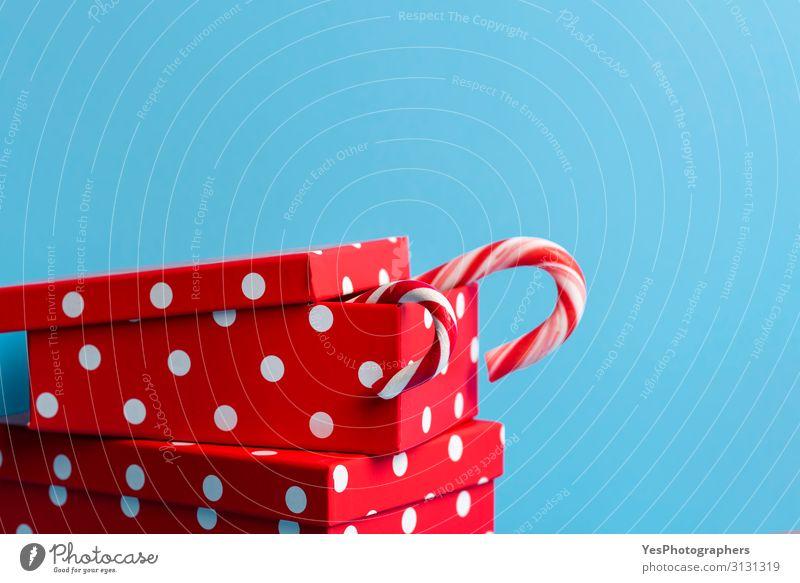 Rote Weihnachtsgeschenke mit Zuckerstangen. Weihnachtsgeschenk-Konzept Dessert Süßwaren Lifestyle kaufen Freude Glück Handarbeit Winter Feste & Feiern